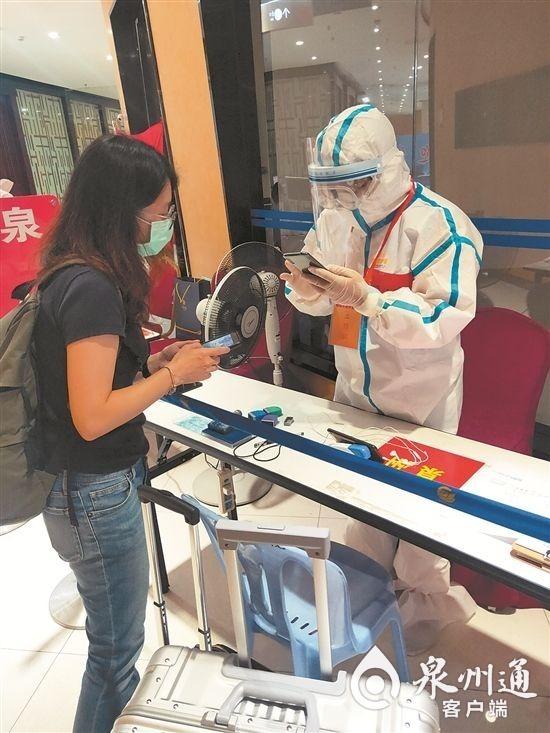 在厦门高崎国际机场,邓江龙核查入境人员相关信息